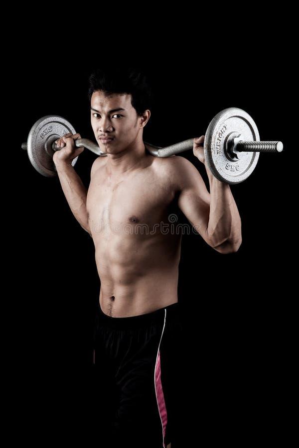 Uomo asiatico muscolare con il bilanciere fotografie stock libere da diritti