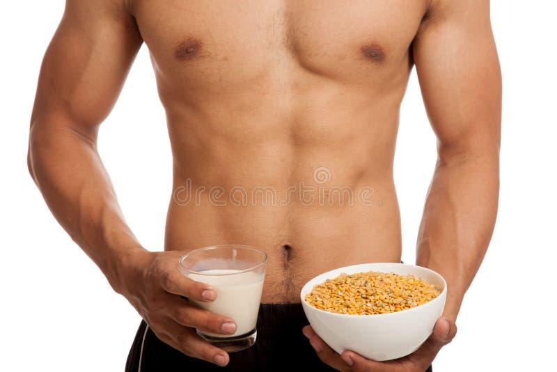 Uomo asiatico muscolare con la soia ed il latte di soia fotografia stock