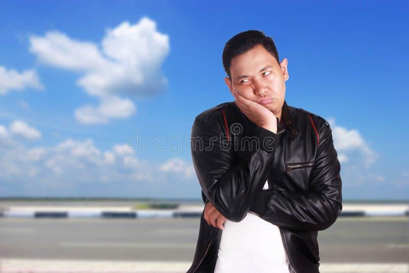 Uomo asiatico nell'espressione depressa lunatica immagine stock
