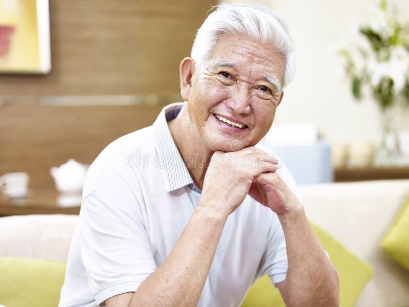 Uomo asiatico senior felice del ritratto fotografia stock