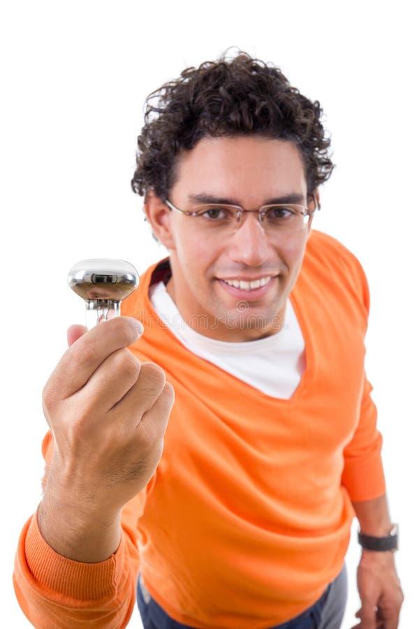 Uomo astuto con i vetri che tengono lampadina con un'idea immagini stock