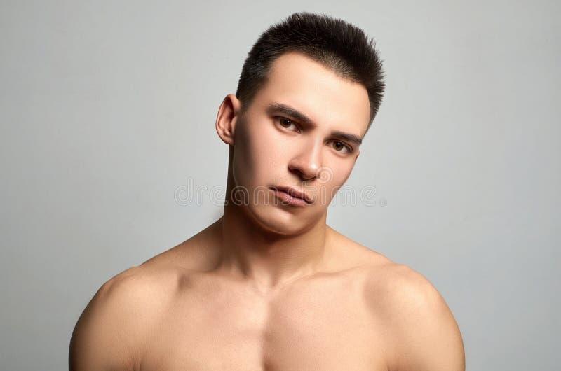 Uomo atletico bello ragazzo muscolare di forma fisica immagini stock libere da diritti