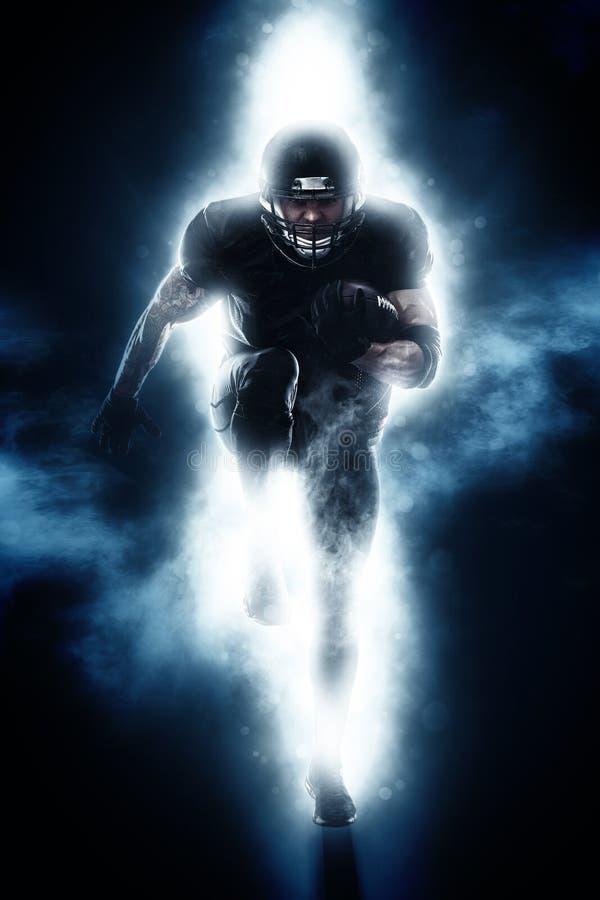 Uomo atletico forte Funzionamento del giocatore dello sportivo di football americano Concetto di moution di sport fotografie stock libere da diritti