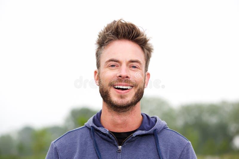 Uomo atletico sorridente di medio evo immagini stock