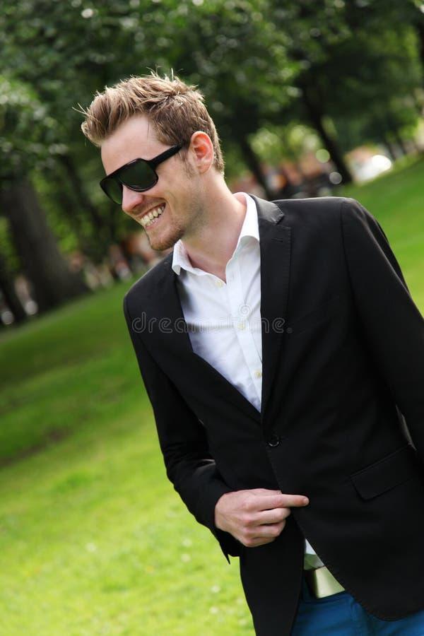 Uomo attraente con gli occhiali da sole fotografia stock libera da diritti