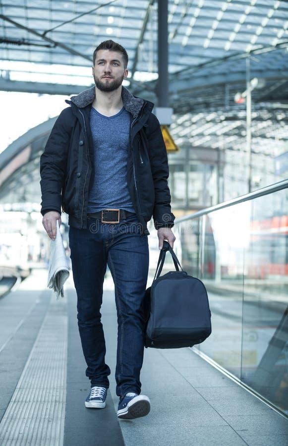 Uomo attraente con la borsa di viaggio fotografia stock