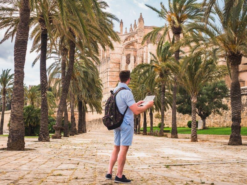 Uomo attraente con la mappa fotografie stock