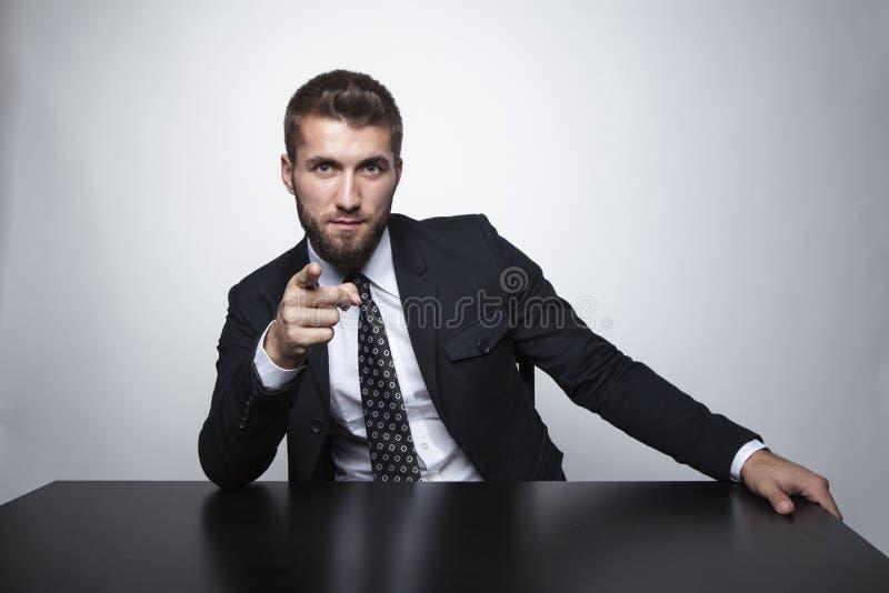 Uomo attraente con un vetro di whiskey fotografia stock libera da diritti