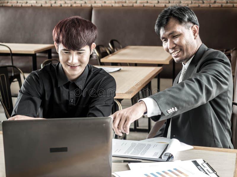Uomo attraente di affari due che ha una riunione mentre mangiando caff? in una caffetteria fotografia stock libera da diritti
