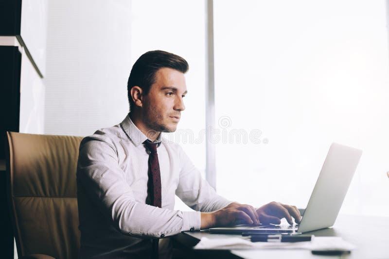 Abbigliamento Ufficio Uomo : Uomo attraente di affari nell abbigliamento casual astuto che si
