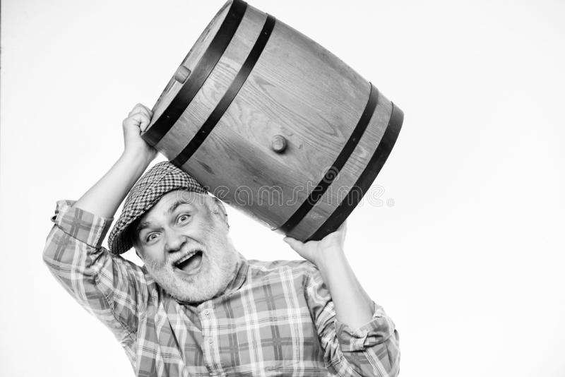 Uomo barattolo di legno con barile di legno per vino Prodotto di fermentazione Un uomo riccone con un barile di birra Barman legn immagini stock libere da diritti
