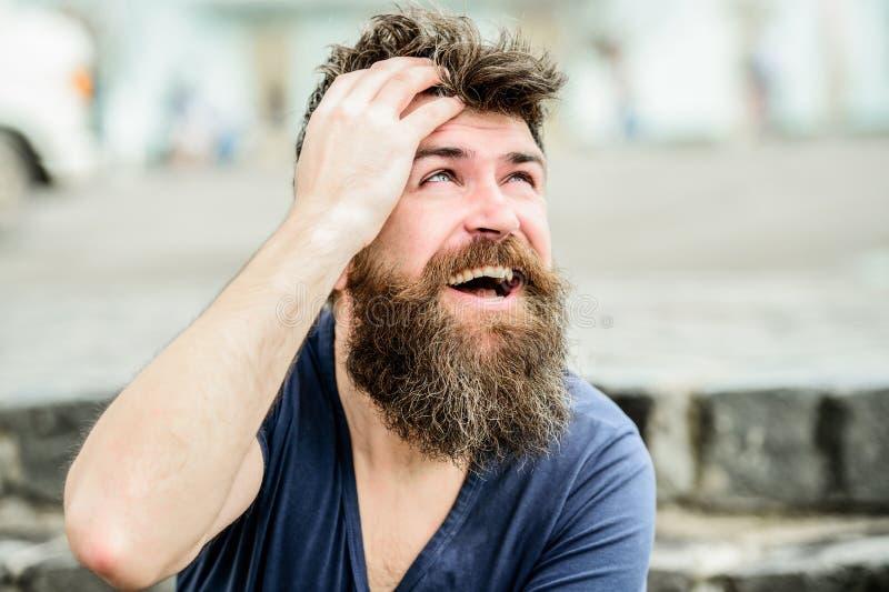 Uomo barbuto all'aperto Modo e bellezza maschii maschio brutale con stile perfetto uomo barbuto con capelli fertili Libero e feli fotografia stock
