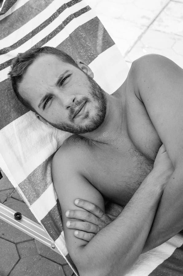 Uomo barbuto alla spiaggia immagine stock