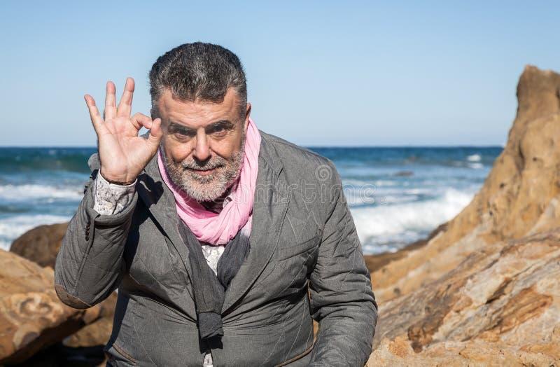 Uomo barbuto attraente sulla spiaggia fotografia stock libera da diritti