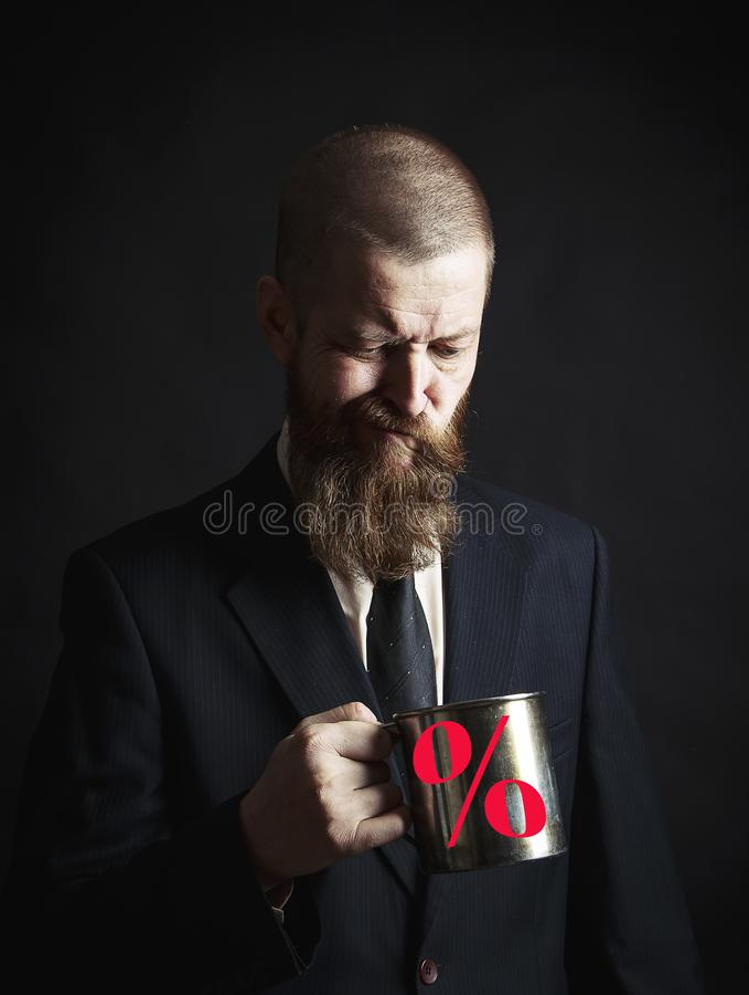 Uomo barbuto bello con la barba alla moda dei capelli e baffi sul fronte serio in camicia che tiene tazza bianca immagini stock libere da diritti