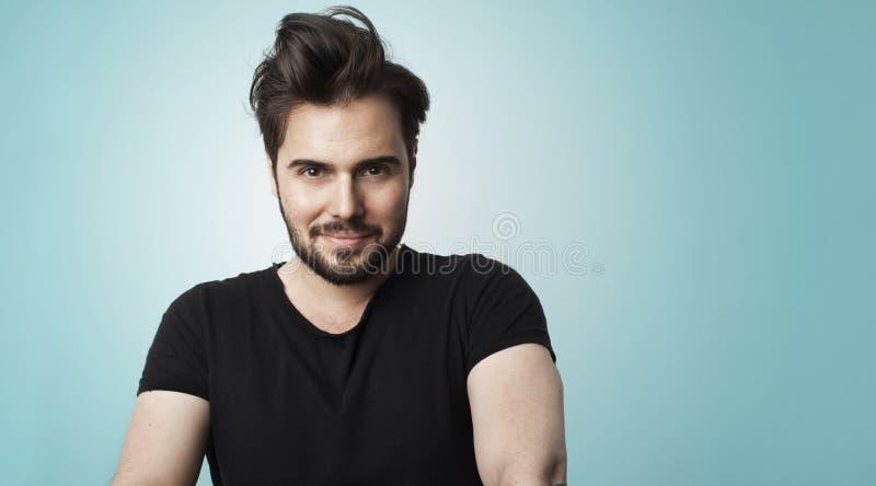 Uomo barbuto bello del ritratto che porta la maglietta nera di colore Foto di concetto della gente di stile di vita di bellezza T fotografie stock libere da diritti