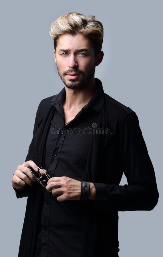 Uomo barbuto bello su fondo grigio fotografie stock libere da diritti