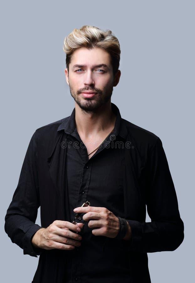 Uomo barbuto bello su fondo grigio immagine stock libera da diritti