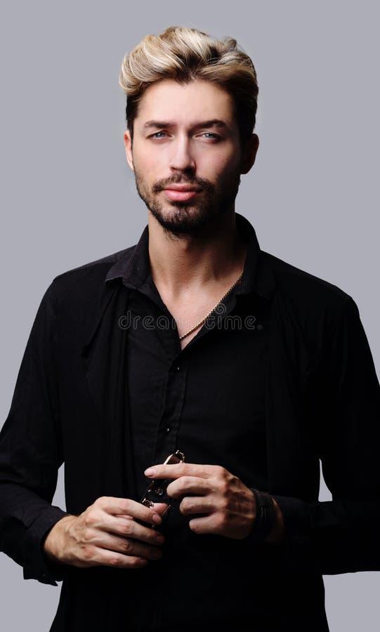 Uomo barbuto bello su fondo grigio immagine stock