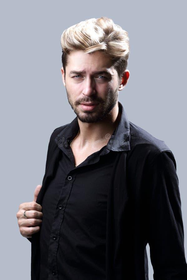 Uomo barbuto bello su fondo grigio fotografia stock libera da diritti