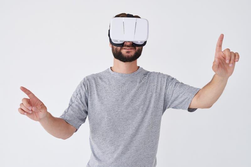 Uomo barbuto che avverte realtà virtuale indicata con le mani immagini stock