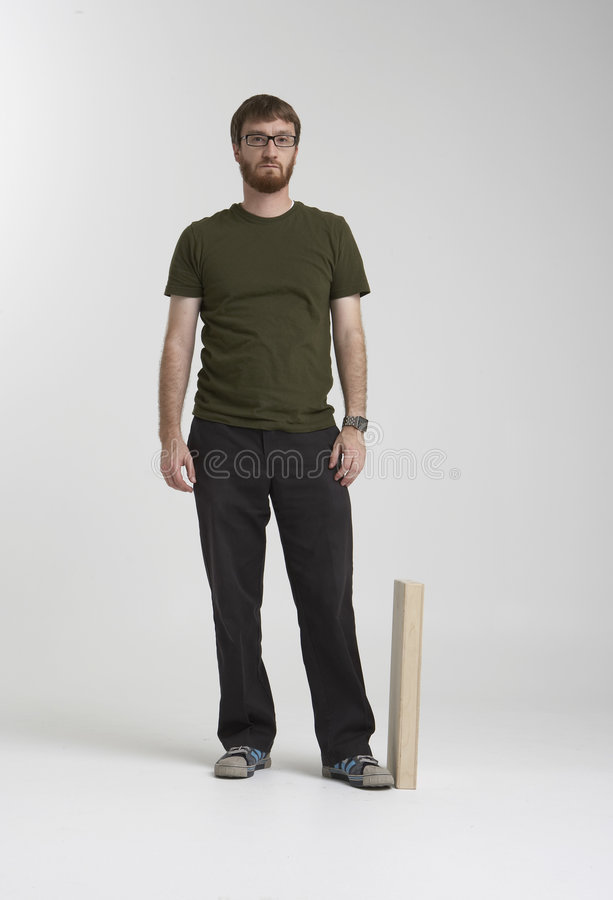Uomo barbuto che si leva in piedi nello studio 01A fotografie stock libere da diritti