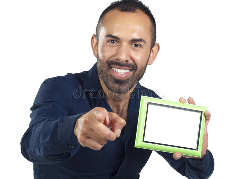 Uomo barbuto che tiene la cornice verde vuota fotografia stock