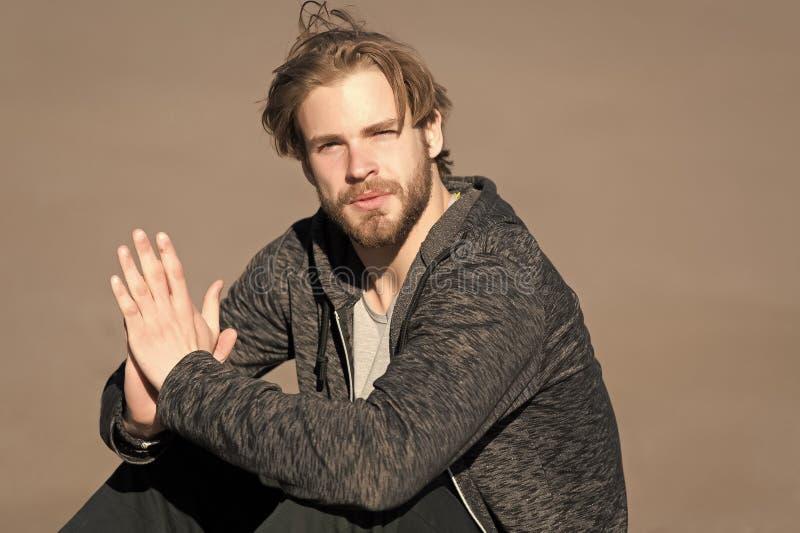 Uomo barbuto con capelli biondi lunghi all'aperto Macho con la barba in abiti sportivi casuali il giorno soleggiato Tipo di modo  fotografia stock