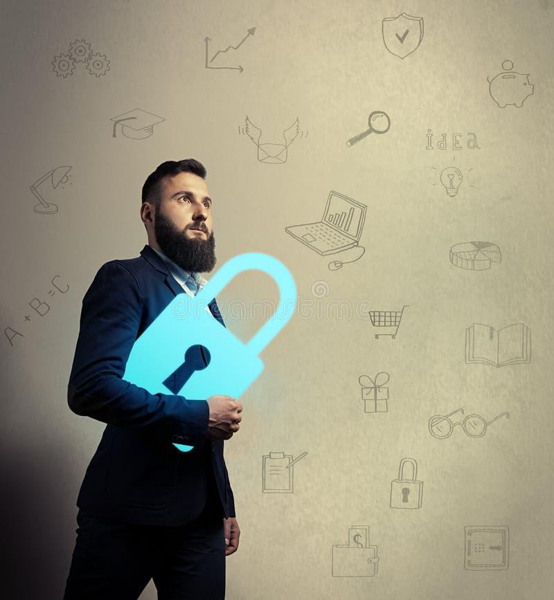 Uomo barbuto con l'icona della serratura fotografia stock libera da diritti