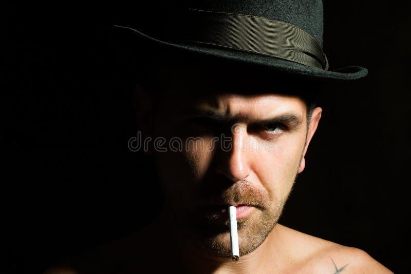 Uomo barbuto con la sigaretta immagine stock
