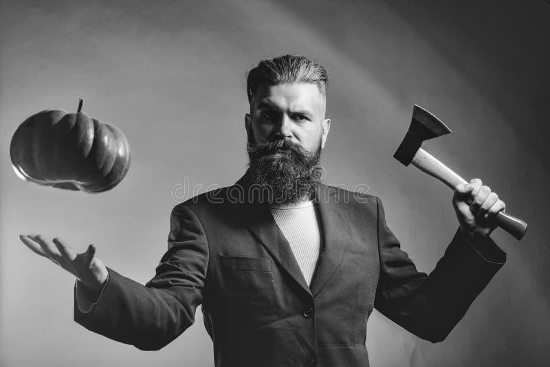 Uomo barbuto con la zucca immagine stock