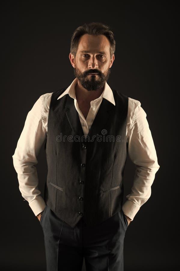 Uomo barbuto Uomo d'affari alla moda in vestito Modo di affari Pantaloni a vita bassa maturi con la barba Cura facciale Modo masc fotografia stock