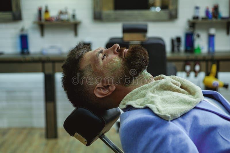 Uomo barbuto del ritratto Grande tempo al parrucchiere Annata del parrucchiere Cliente alla moda barbuto del negozio di barbiere  fotografie stock libere da diritti