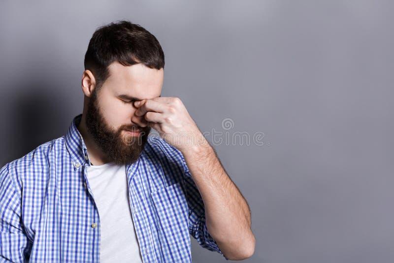 Uomo barbuto depresso con gli occhi chiusi immagine stock libera da diritti