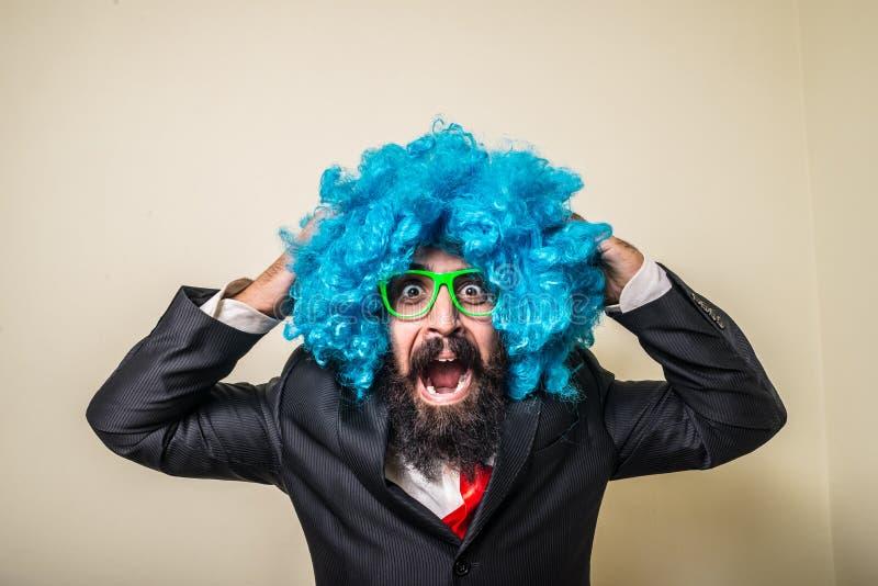 Uomo barbuto divertente pazzo con la parrucca blu immagini stock