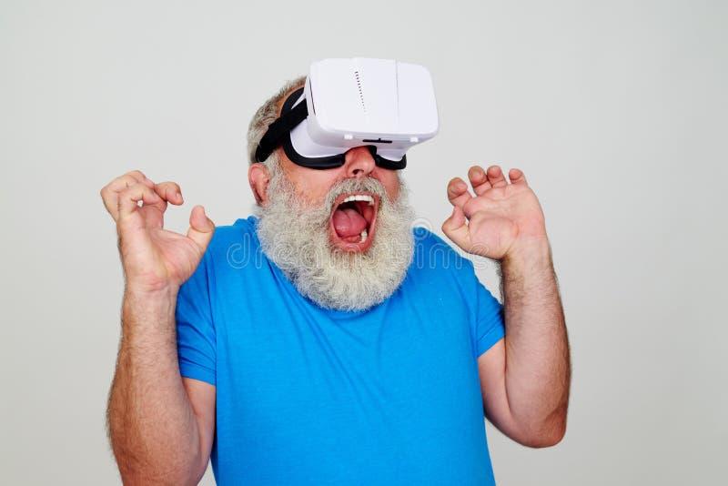 Uomo barbuto impazzito in vetri di realtà virtuale 3D fotografie stock