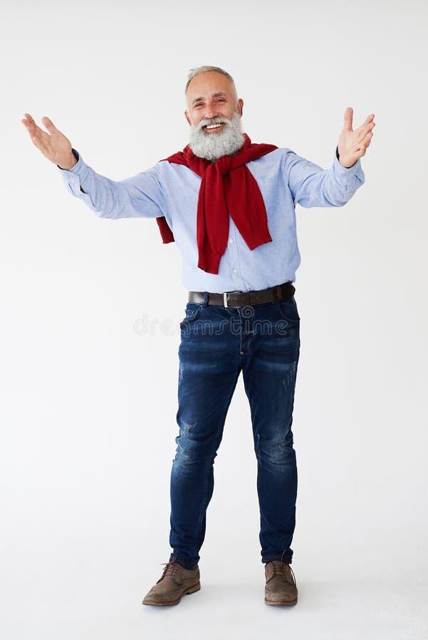 Uomo barbuto maturo positivo che mostra gesto di saluto fotografia stock