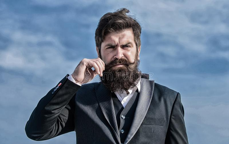 Uomo barbuto Pantaloni a vita bassa caucasici brutali con i baffi Uomo d'affari contro il cielo Successo futuro Modo convenzional immagine stock libera da diritti