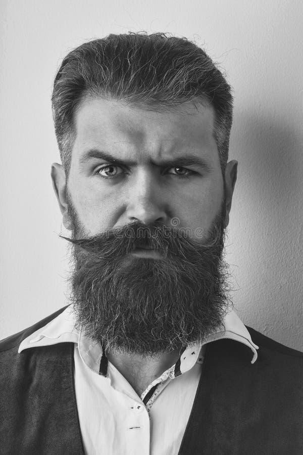Uomo barbuto, pantaloni a vita bassa caucasici brutali con il fronte serio fotografia stock