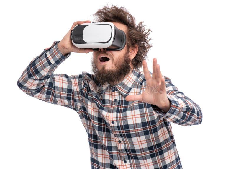 Uomo barbuto pazzo con gli occhiali di protezione di VR fotografie stock libere da diritti