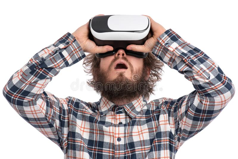 Uomo barbuto pazzo con gli occhiali di protezione di VR immagini stock