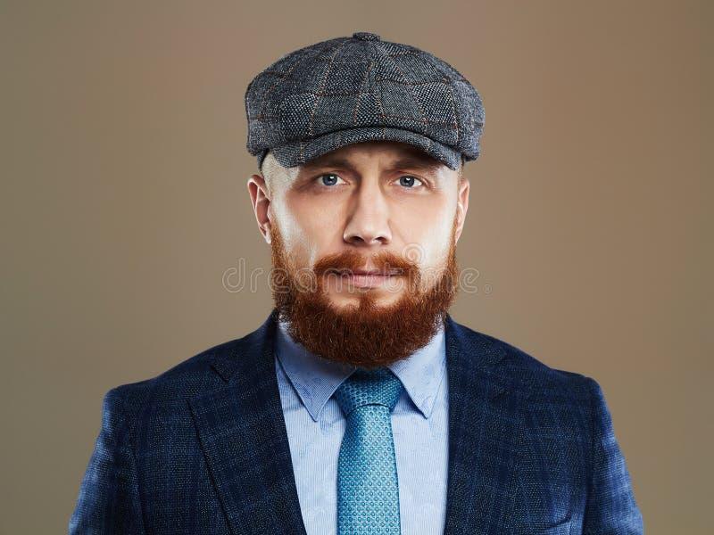 Uomo barbuto Ragazzo dei pantaloni a vita bassa Uomo bello in cappello Uomo brutale con la barba rossa fotografia stock libera da diritti