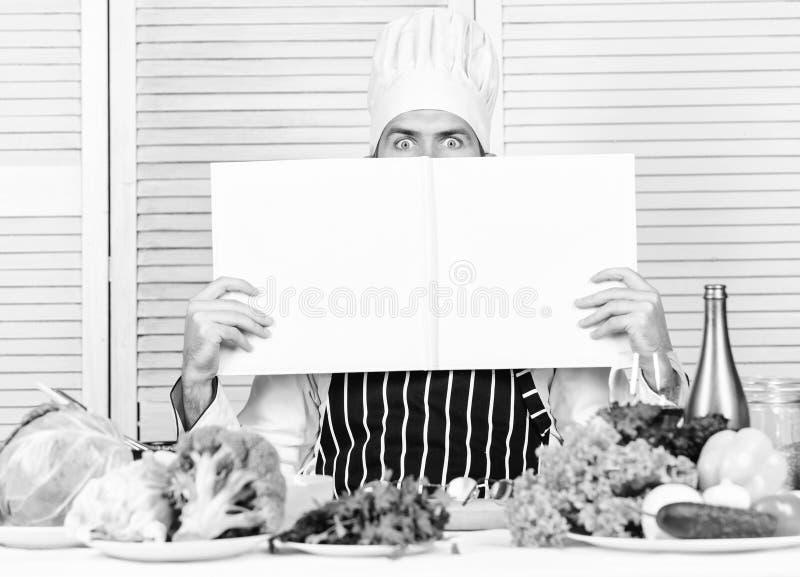 Uomo barbuto ricetta del cuoco unico Insalata vegetariana con la verdura fresca Cucina culinaria vitamina Alimento biologico stan immagini stock