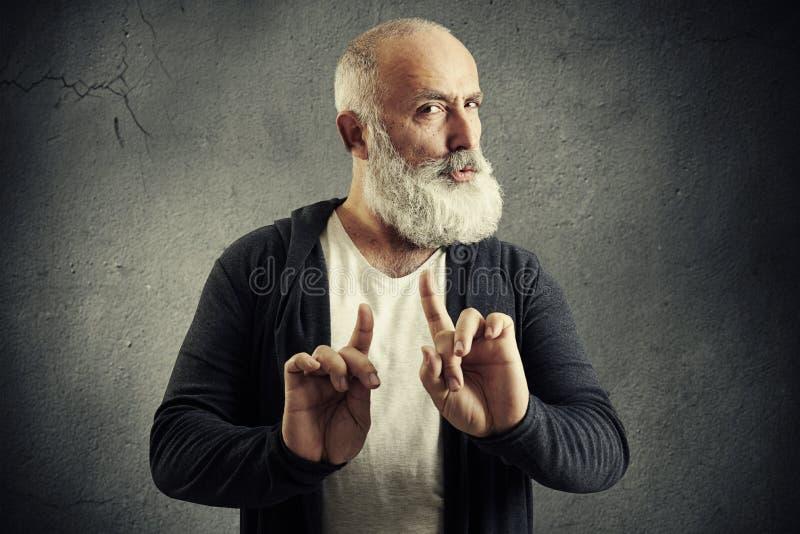 Uomo barbuto senior che mostra il segno di rifiuto immagini stock libere da diritti