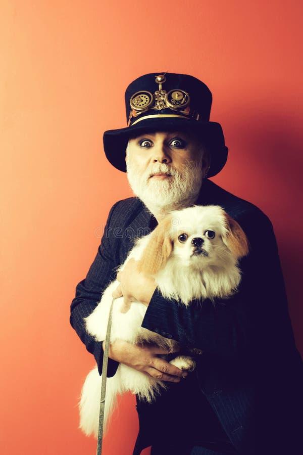 Uomo barbuto senior con il cane immagine stock