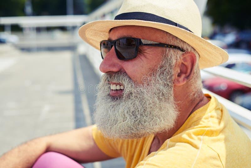 Uomo barbuto senior negli occhiali da sole d'uso della città fotografia stock libera da diritti