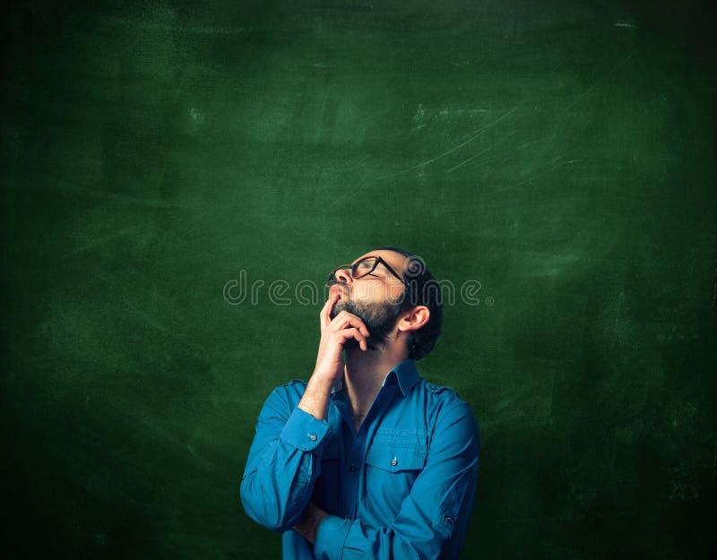 Uomo barbuto sulla lavagna fotografie stock libere da diritti