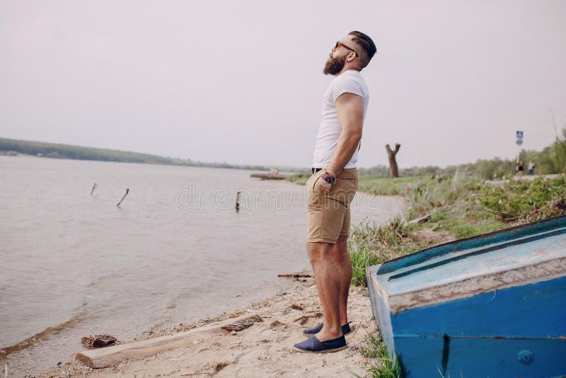 Uomo barbuto sulla spiaggia fotografie stock libere da diritti