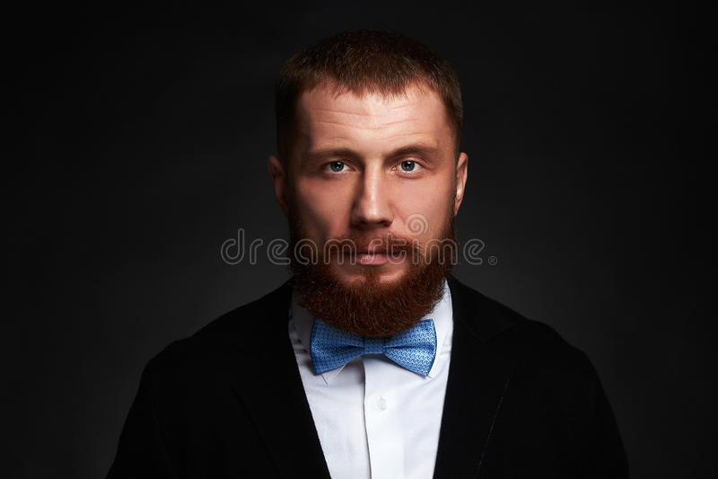 Uomo barbuto Uomo bello dei pantaloni a vita bassa anziani con la grande barba immagine stock