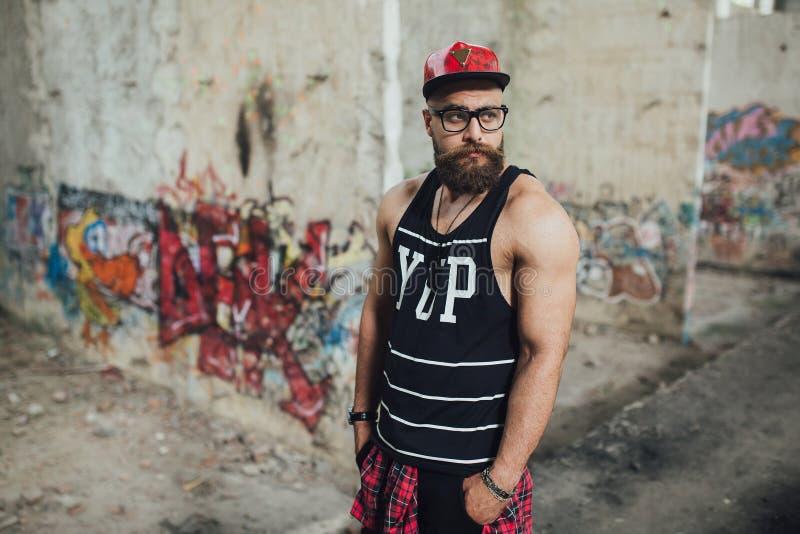 Uomo barbuto urbano alla moda fotografia stock libera da diritti